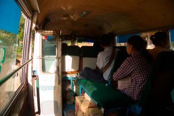 Interior de um autocarro em myanmar