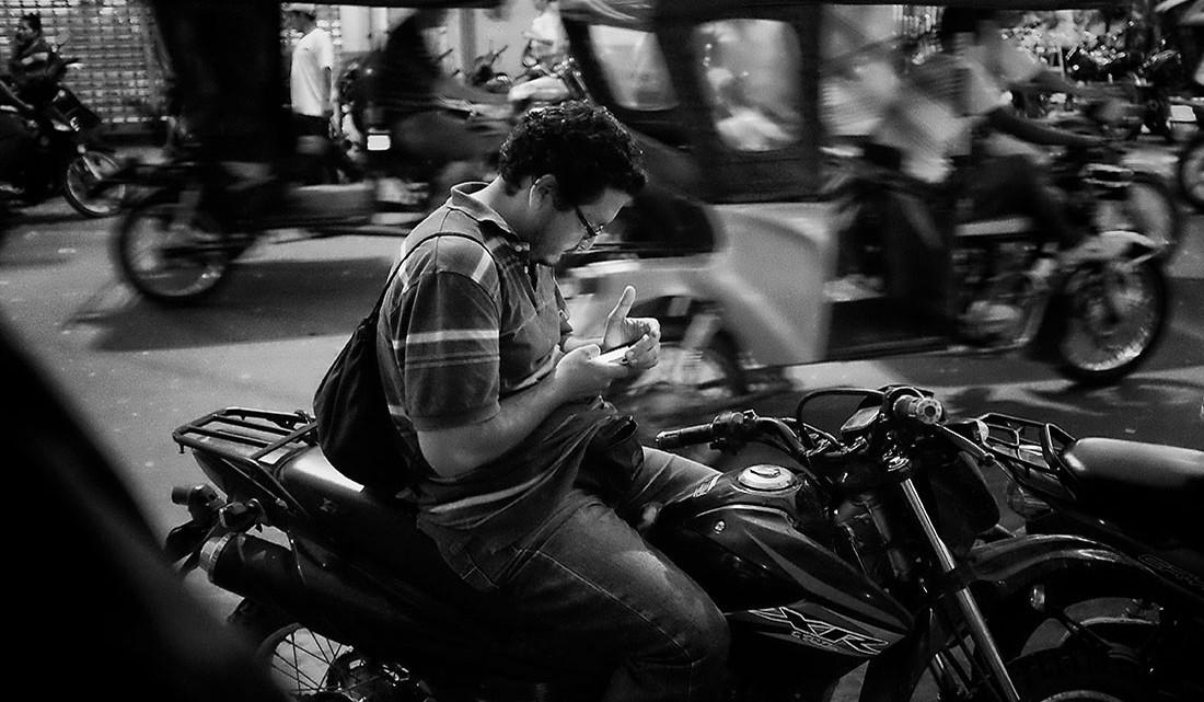 motociclista com telemóvel em Iquitos
