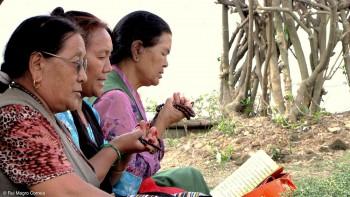 mulheres budistas em oração
