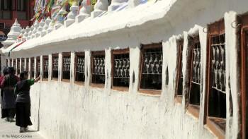 mulheres em oração em torno da Stupa de Boudhanat