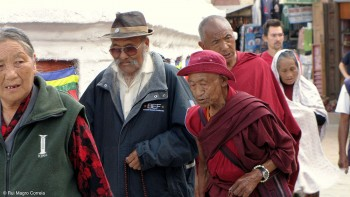 pessoas a caminhar na stupa de boudhanat