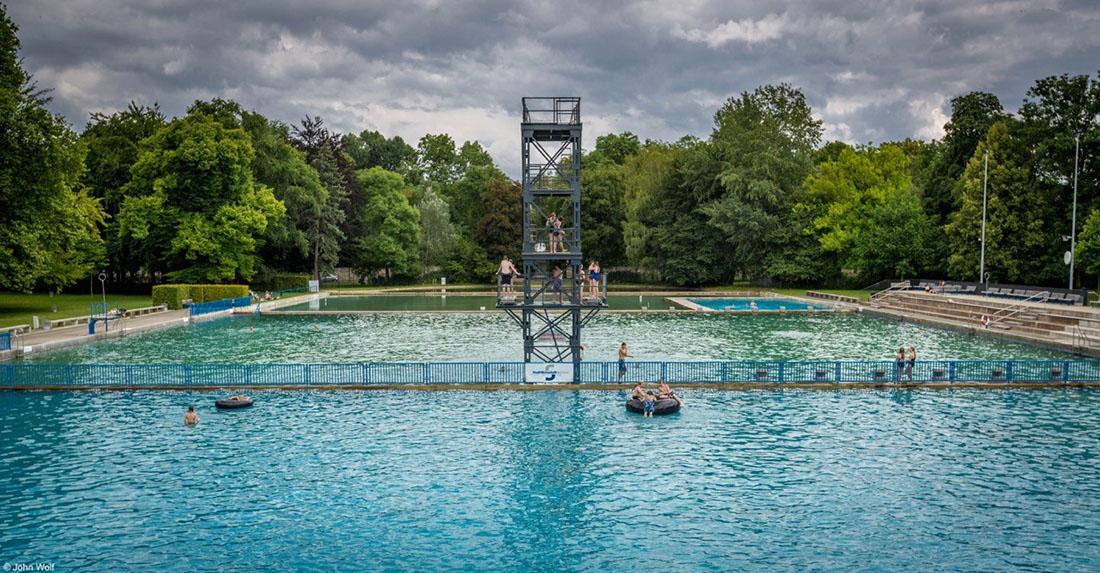 pessoas numa grande piscina em weimar