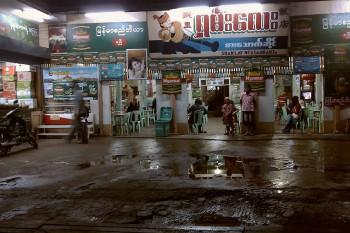Restaurante junto a uma estrada lamacenta, durante a madrugada.