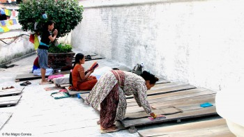 Oração junto a uma das paredes de Boudhanat em Kathmandu