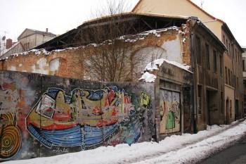 casa semi-derrocada com vários grafites no centro de zittau