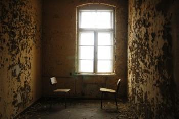 cadeiras numa caserna abandonada em zittau