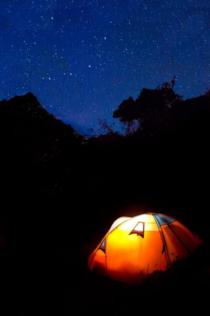acampamento com tenda sob as estrelas