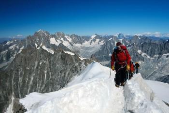 Alpinistas sobre a neve na montanha Aiguille du Midi, perto de Chamonix