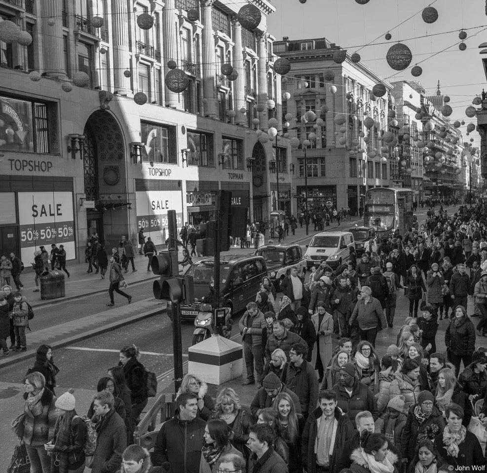 multidão de pessoas em avenida de londres