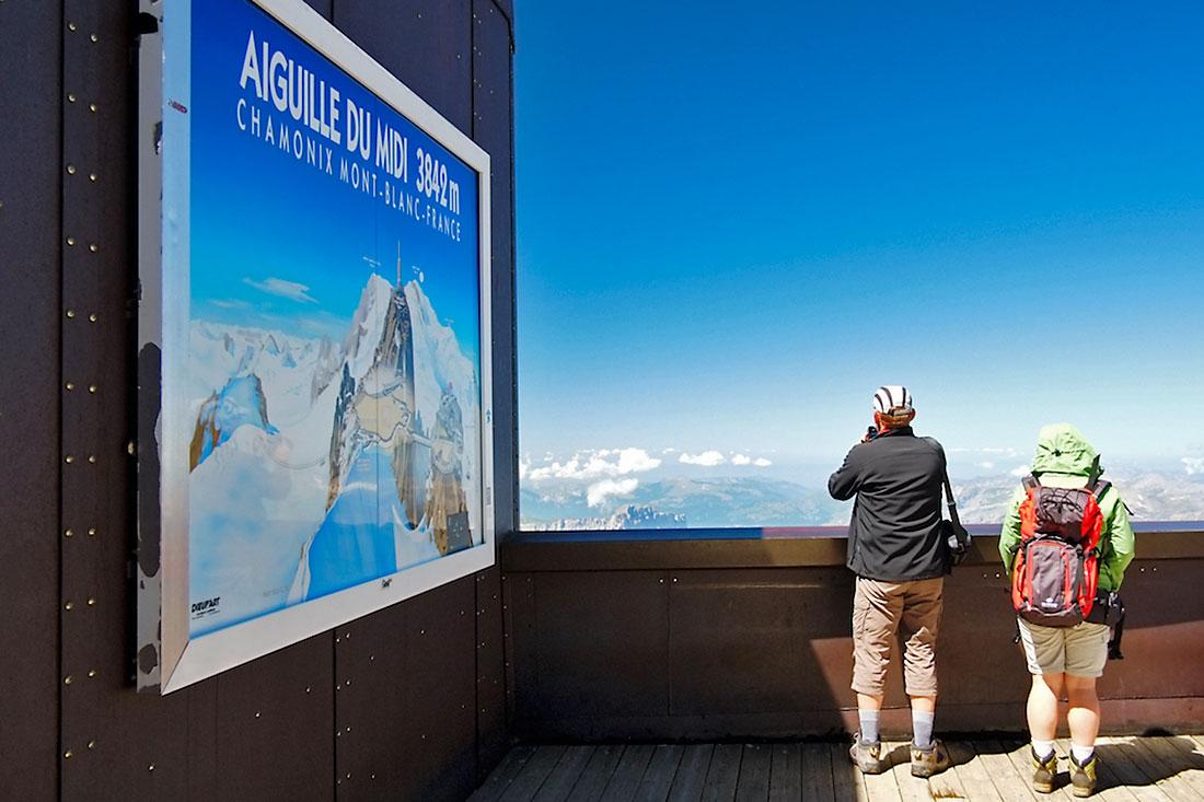 turistas comtemplam o maciço do Monte Branco no miradouro de Aiguille du Midi