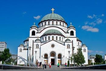 catedral de arquitectura ortodoxa com revestimento banco, dedicada a São Sava, em belgrado