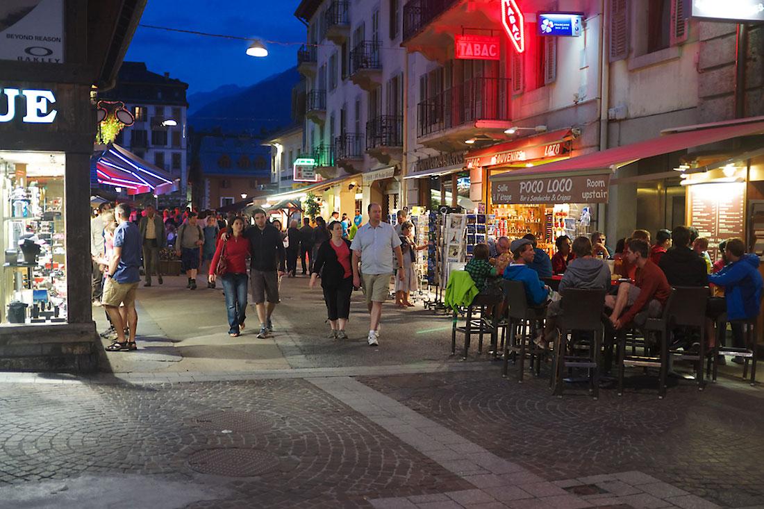 rua de Chamonix cheia de turistas ao anoitecer