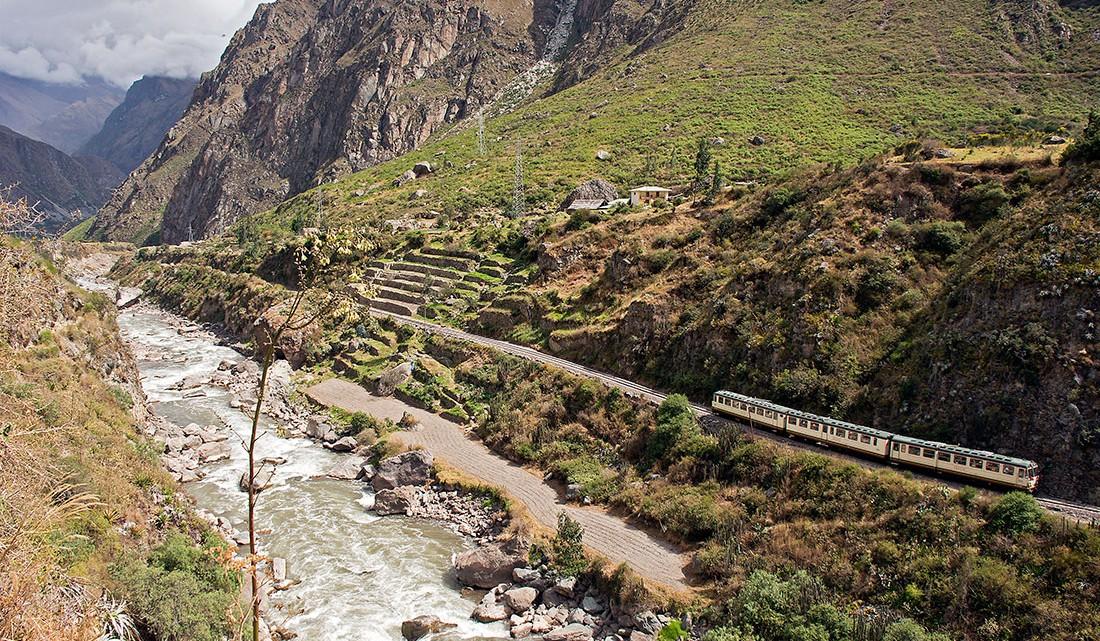 comboio para aguas calientes junto ao rio urubamca
