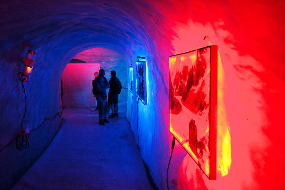 Cores azul e vermelho no interior da caverna do glaciar Mer de Glace