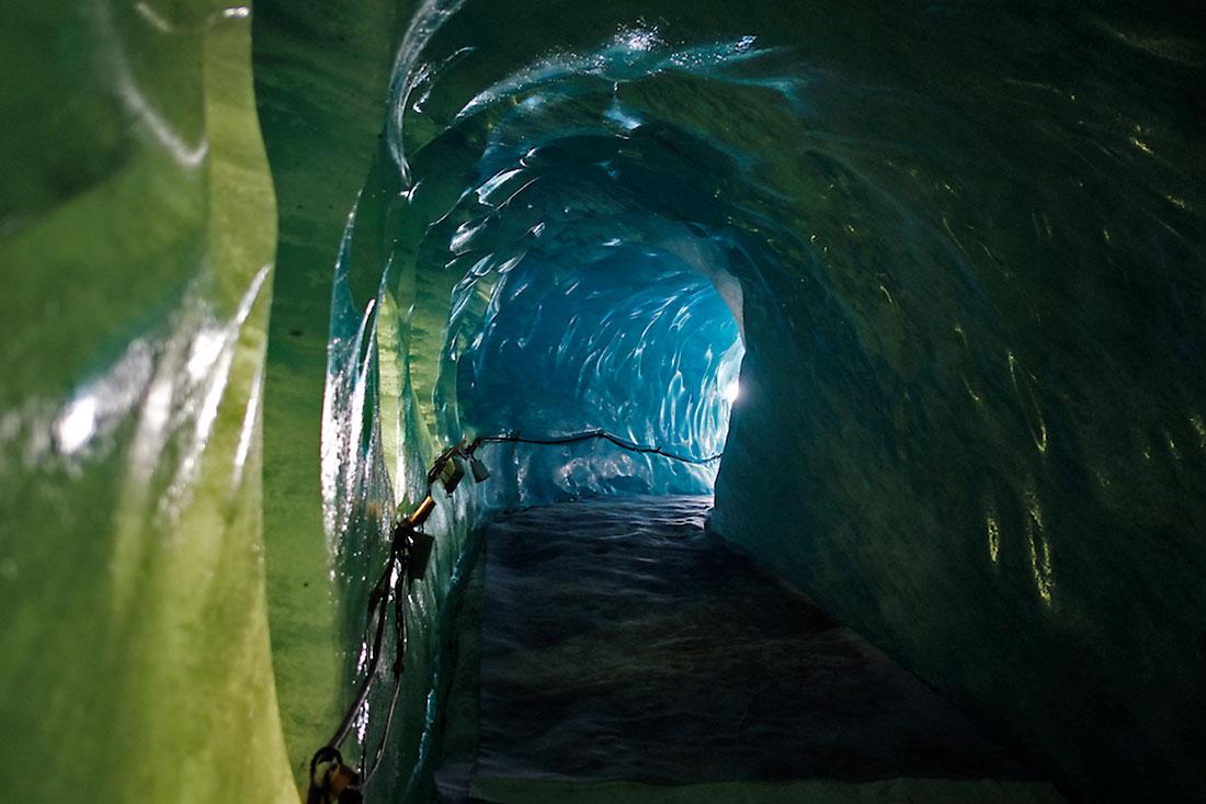 corredor na caverna de gelo esculpida dentro do glaciar Mer de Glace