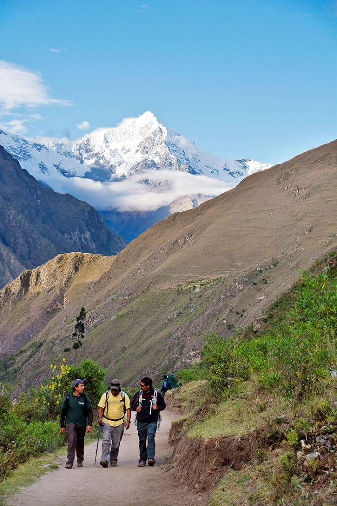 subida de pessoas ao dead womans pass com montanha salkantay ao fundo