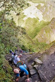 grupo de pessoas a descer o caminho da montanha Huyana Picchu