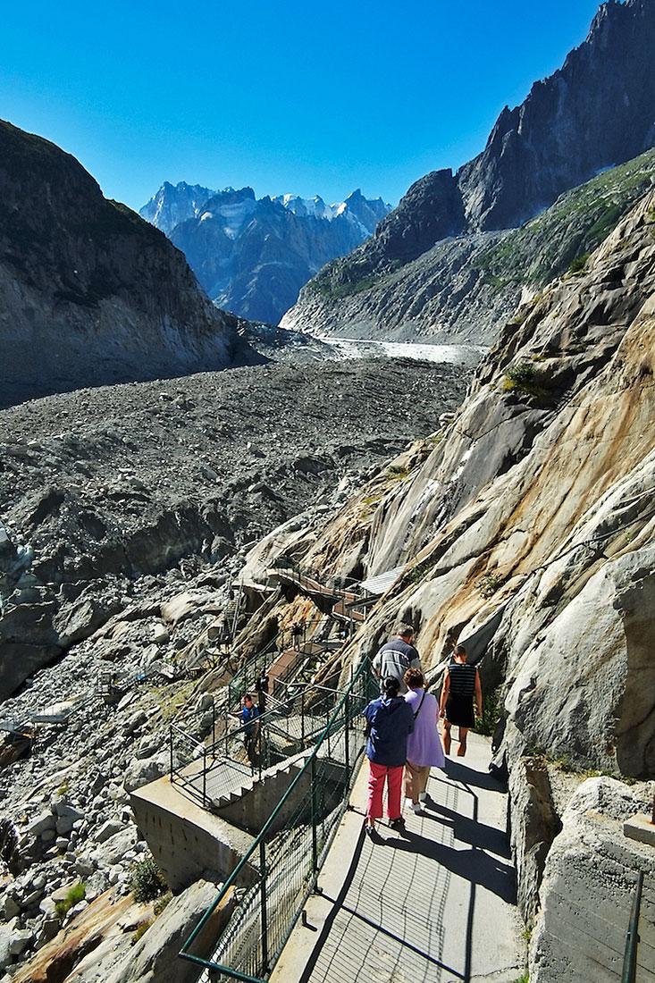 turistas descem escadas para a caverna de gelo glaciar Mer de Glace