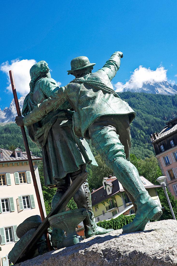 Estátua com Horace-Bénédict de Saussure e Jacques Balmat, em Chamonix, que apontam para as montanhas
