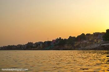 primeiros raios de sol na cidade de varanasi e rio ganges