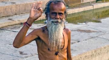 homem hindu a preparar a puja
