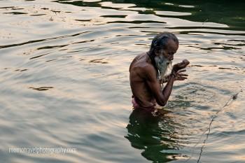 holy man a banhar-se no rio