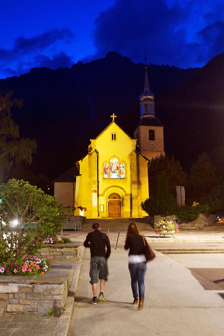 casal caminha em direcção à Igreja de Saint Michel, em Chamonix