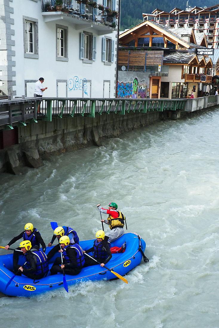 barco insuflável com desportistas radicais no rio l'Avre