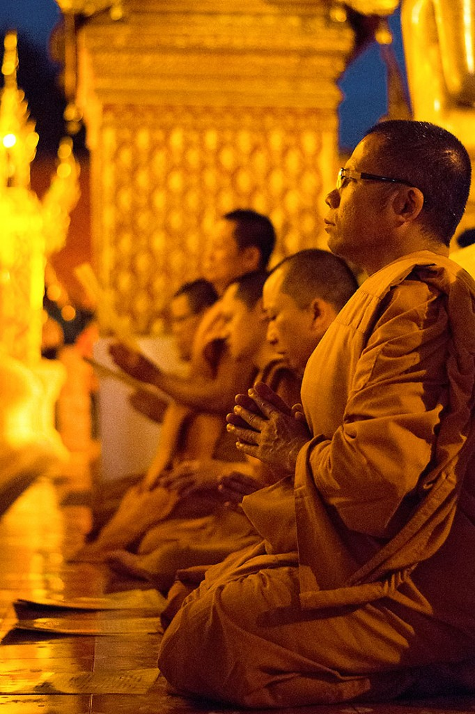 monges budistas em meditação no templo Doi Suthep