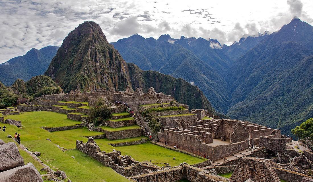 ruinas e relva de Machu Picchu com montanha wayna picchu ao fundo