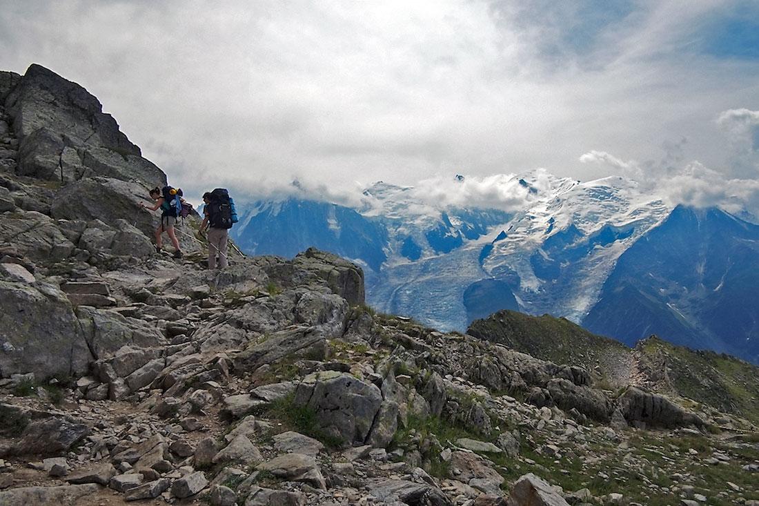 Dois montanhistas em zona muito rochosa no vale de Chamonix