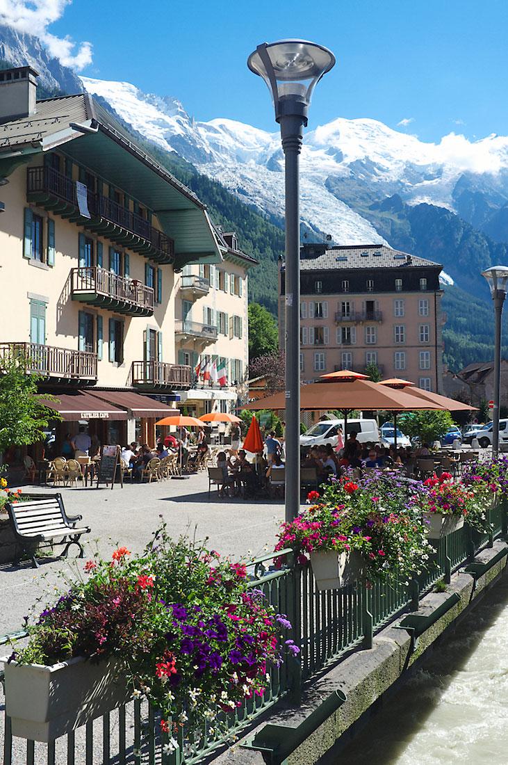 Candeeiro e floreiras numa rua de Chamonix