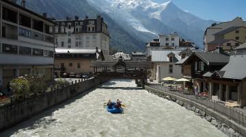 rio l'Avre com barco insuflável no centro de Chamonix