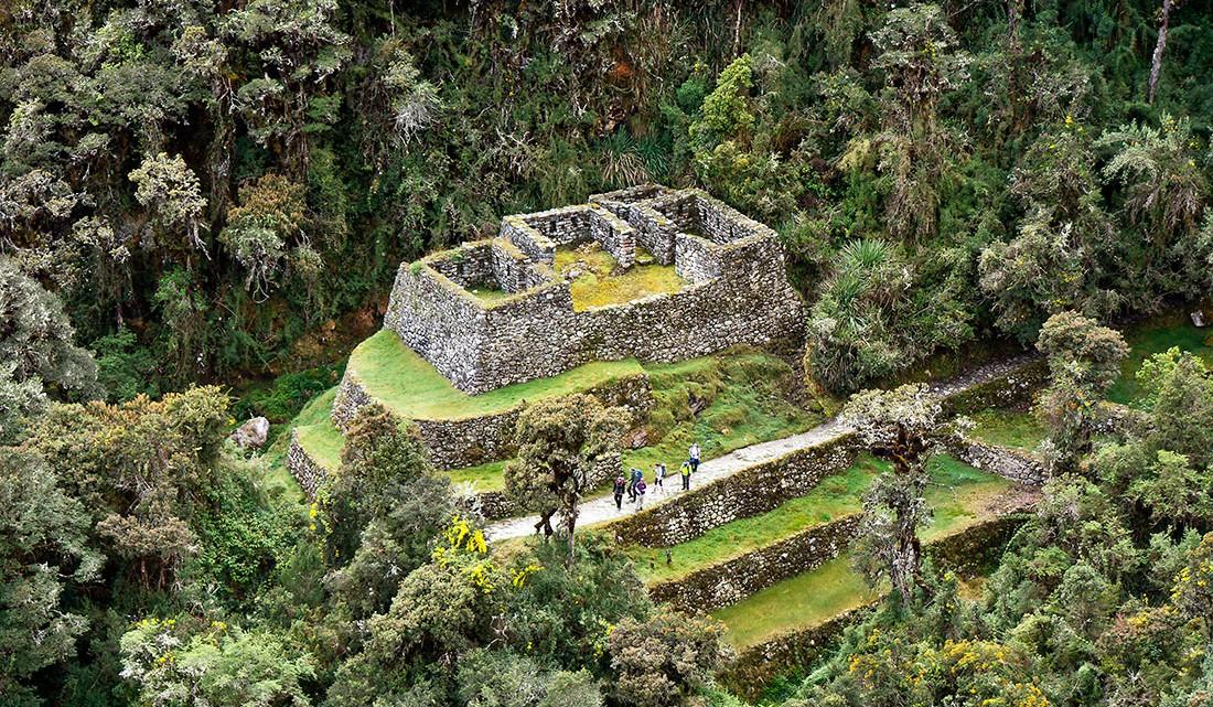 ruínas edificio em forma de piramide no caminho inca