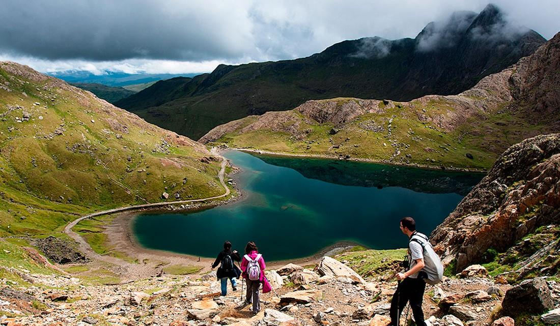 caminhantes junto a lago na montanha de snowdon no País de Gales