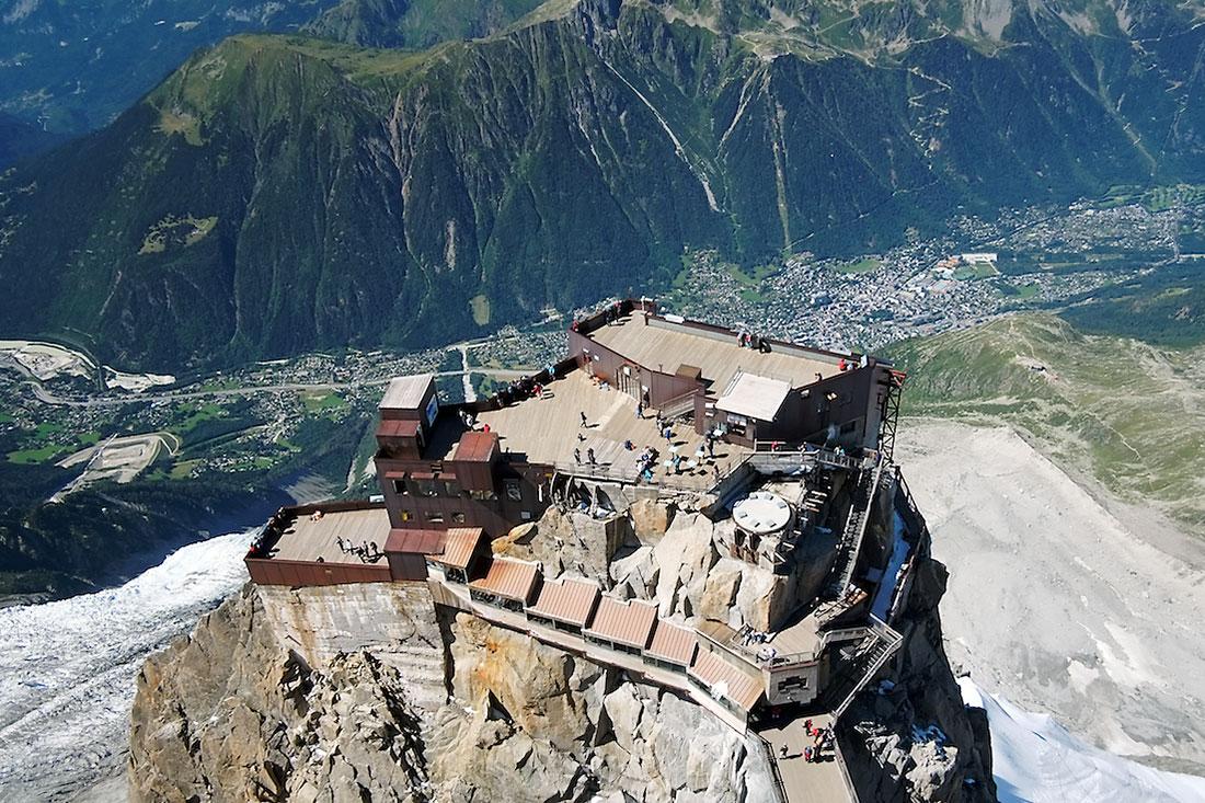 O vale de Chamonix desde a torre de telecomunicações no cume da Aiguille du Midi