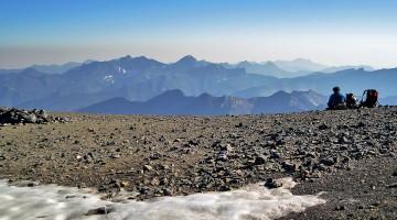 montanhista a observar a vista desde o cume do Monte Perdido