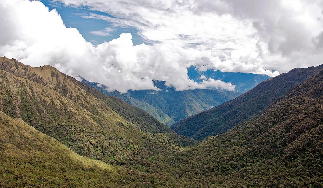 vista dos andes peruanos desde Sayaqmarka no caminho inca