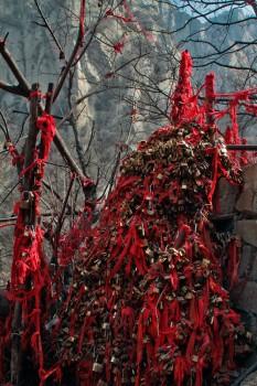 Cadeados e fitas vermelhas. Os símbolos dos desejos dos peregrinos e turistas