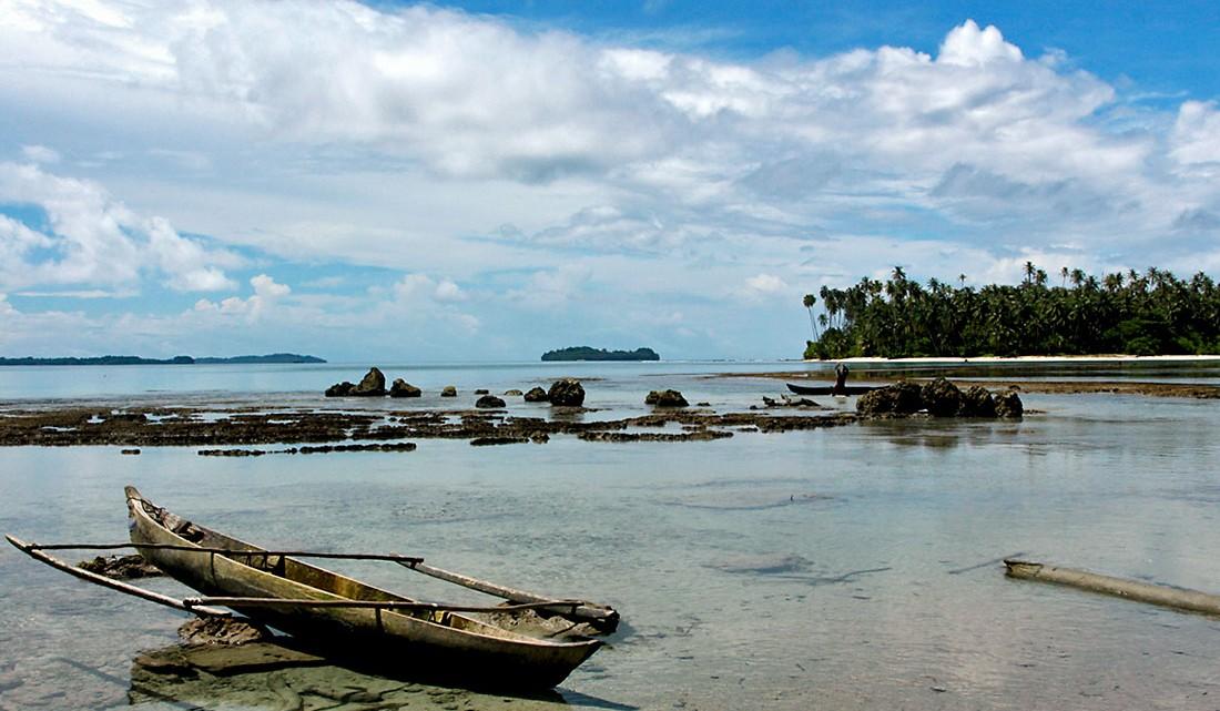 canoa em praia de tanahmasa