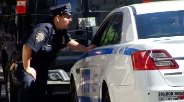 carro de polícia e agente na 6a avenida, manhattan, nova iorque