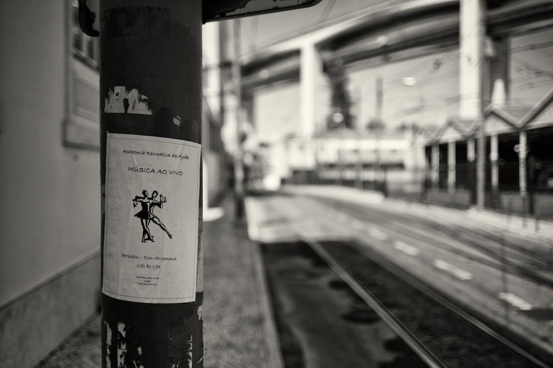 cartaz sobre aulas de danca afixado em poste em Alcântara