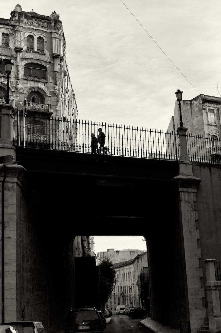 casal sobre a ponte na Rua do Alecrim em Lisboa