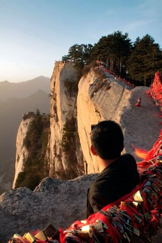 Turista chinês desrespeita as baias de proteção para tirar fotografias ao nascer do sol
