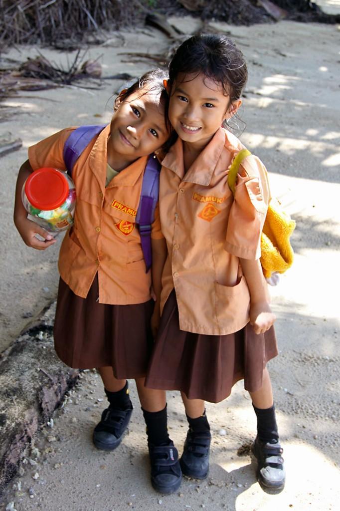Duas meninas com a farda tradicional da escola