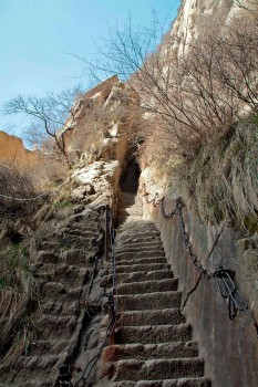 Escadas escavadas na rocha na zona do Precipício dos Mil Pés