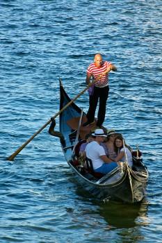 gôndola com turistas nos canais em veneza