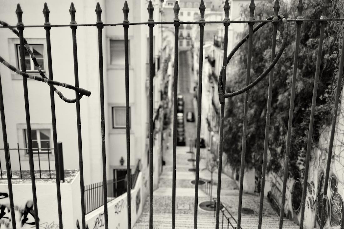 gradeamento de ferro típico de muitas ruas de Lisboa