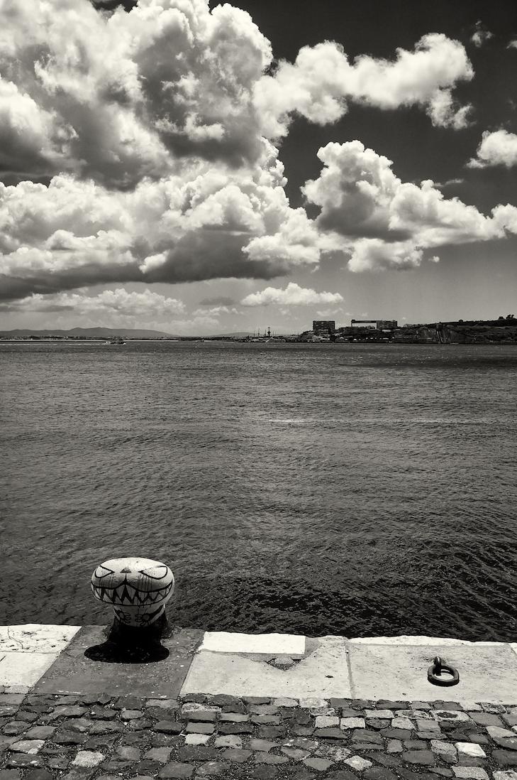 graffiti num ponto de ancoragem nas margens do rio tejo