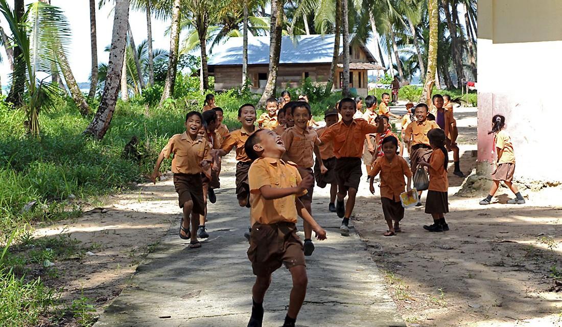 grupo crianças de uma escola de tanahmasa, uma ilha da indonésia
